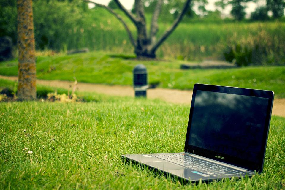 9 Ways to Reduce Screen Reflection | OfficeMeta